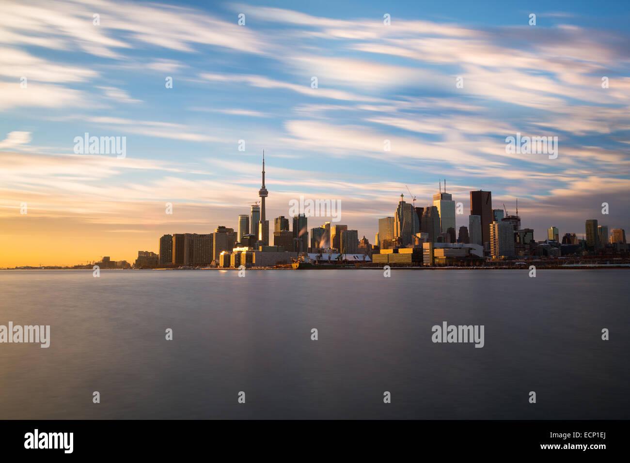 La ville de Toronto à partir de l'Est au coucher du soleil prises avec un temps d'exposition Photo Stock
