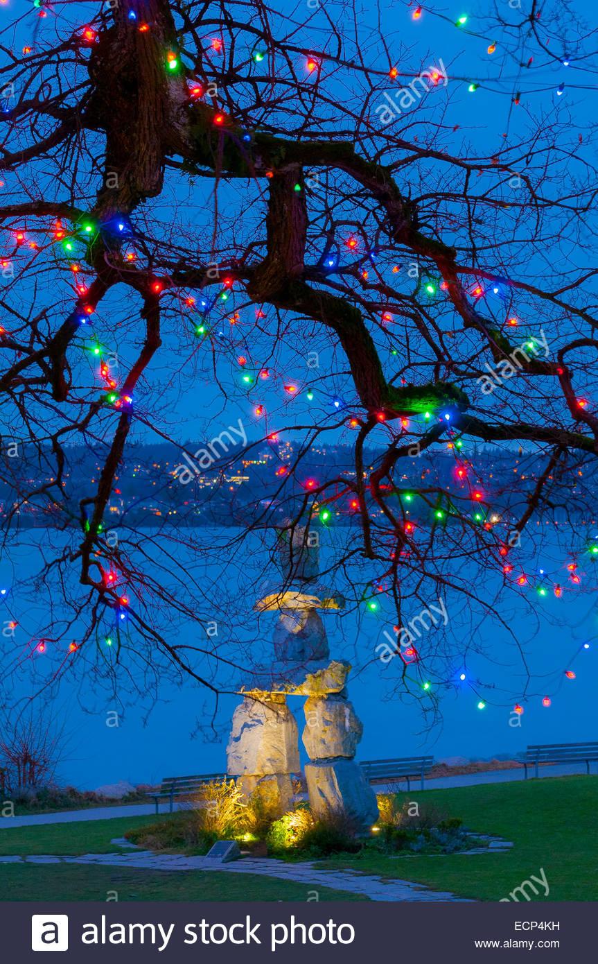 Inukshuk et lumières de Noël, Vancouver, Colombie-Britannique, Canada. Photo Stock