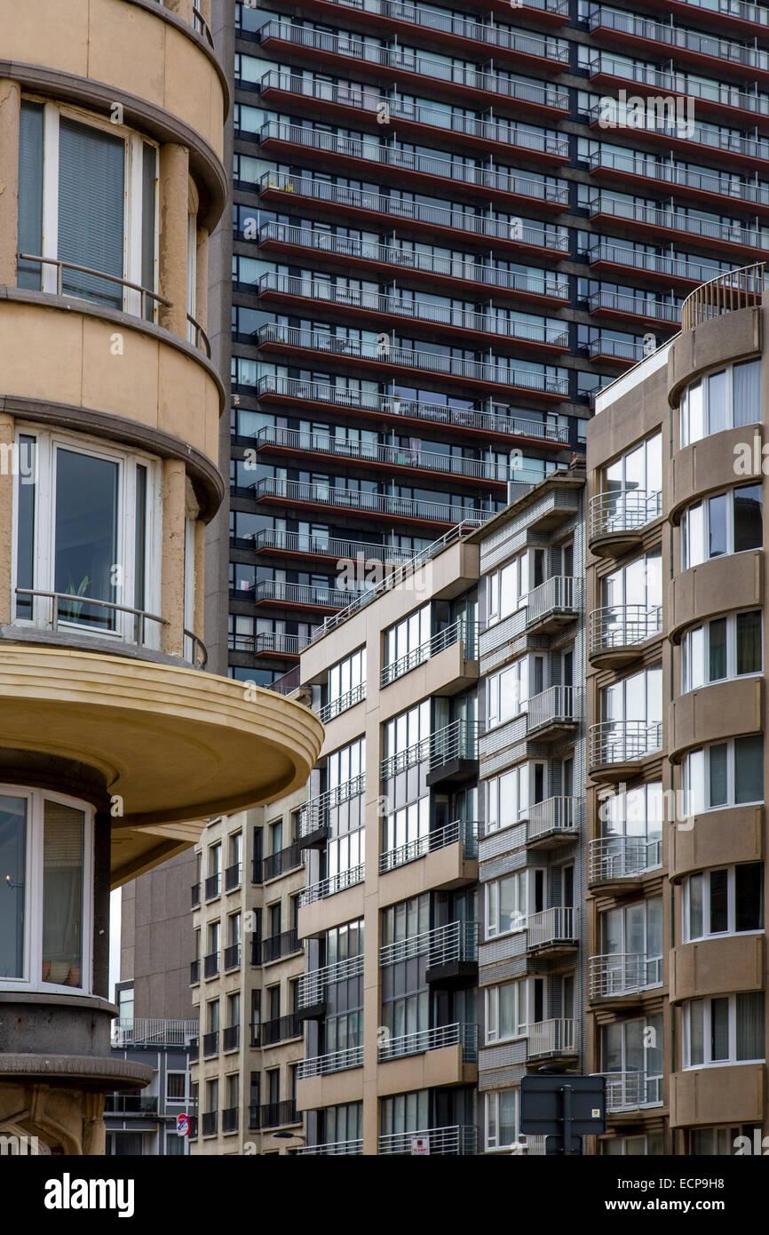 Chambre morne fronts sur le front de mer dans la station balnéaire de Nieuwpoort, immeubles d'appartements, Photo Stock