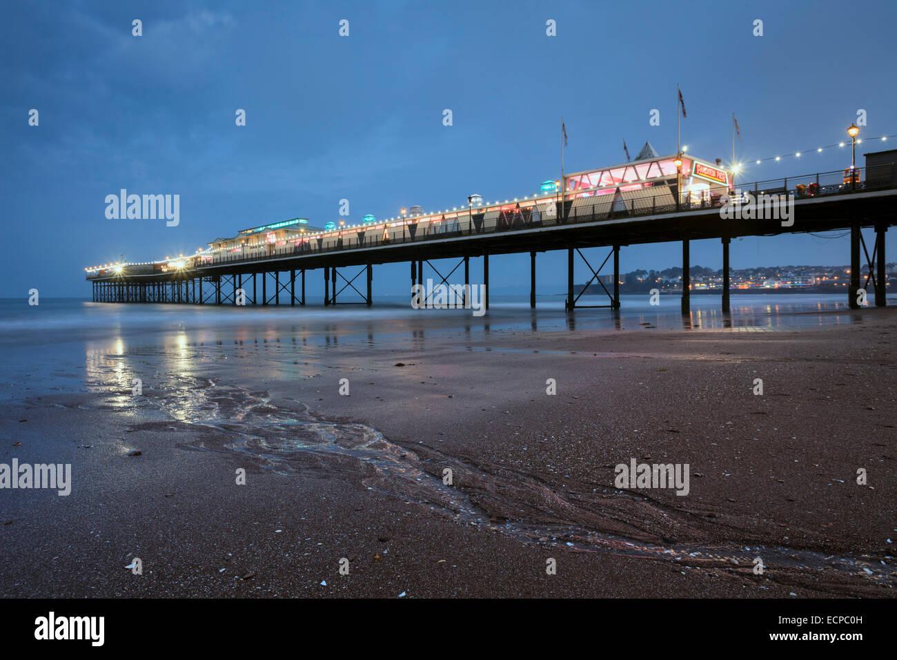 Paignton Pier capturés pendant le crépuscule. Photo Stock