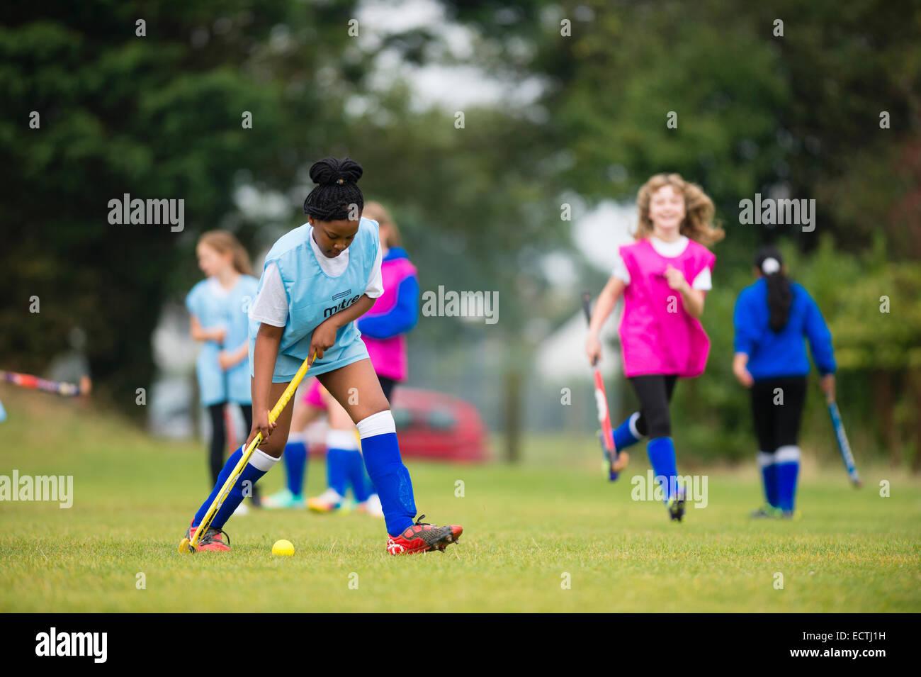 L'école secondaire de l'éducation physique PE Galles UK: jeunes 13 14 ans teenage girls Photo Stock