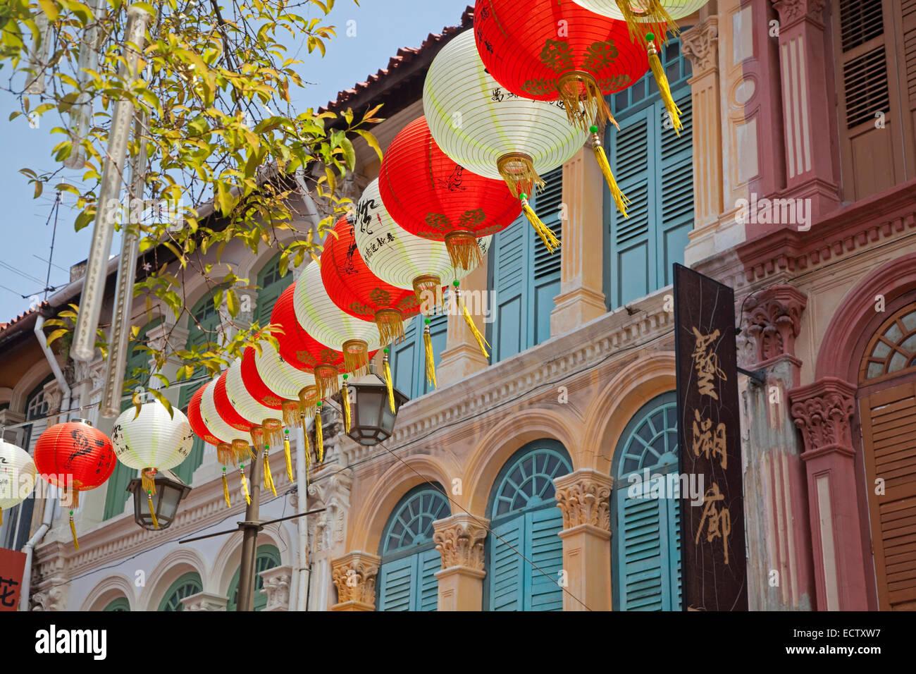 Lanternes de papier chinois colorés suspendus dans rue commerçante du quartier Chinatown de Singapour Photo Stock