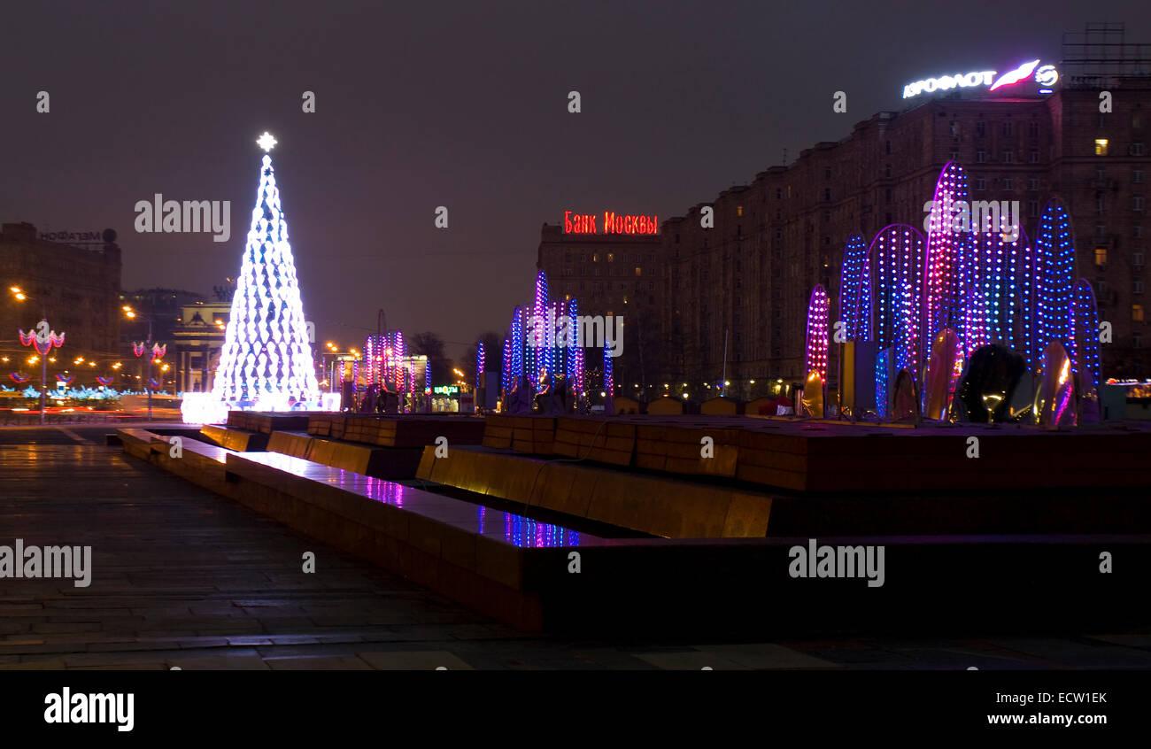 Moscou - le 25 décembre 2013: arbre de Noël et de l'electric dans founains monument sur la colline Photo Stock
