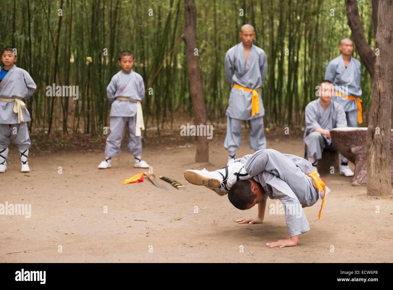 Jeune étudiant d'une école d'arts martiaux de Shaolin montrant sa souplesse, à la cérémonie Photo Stock