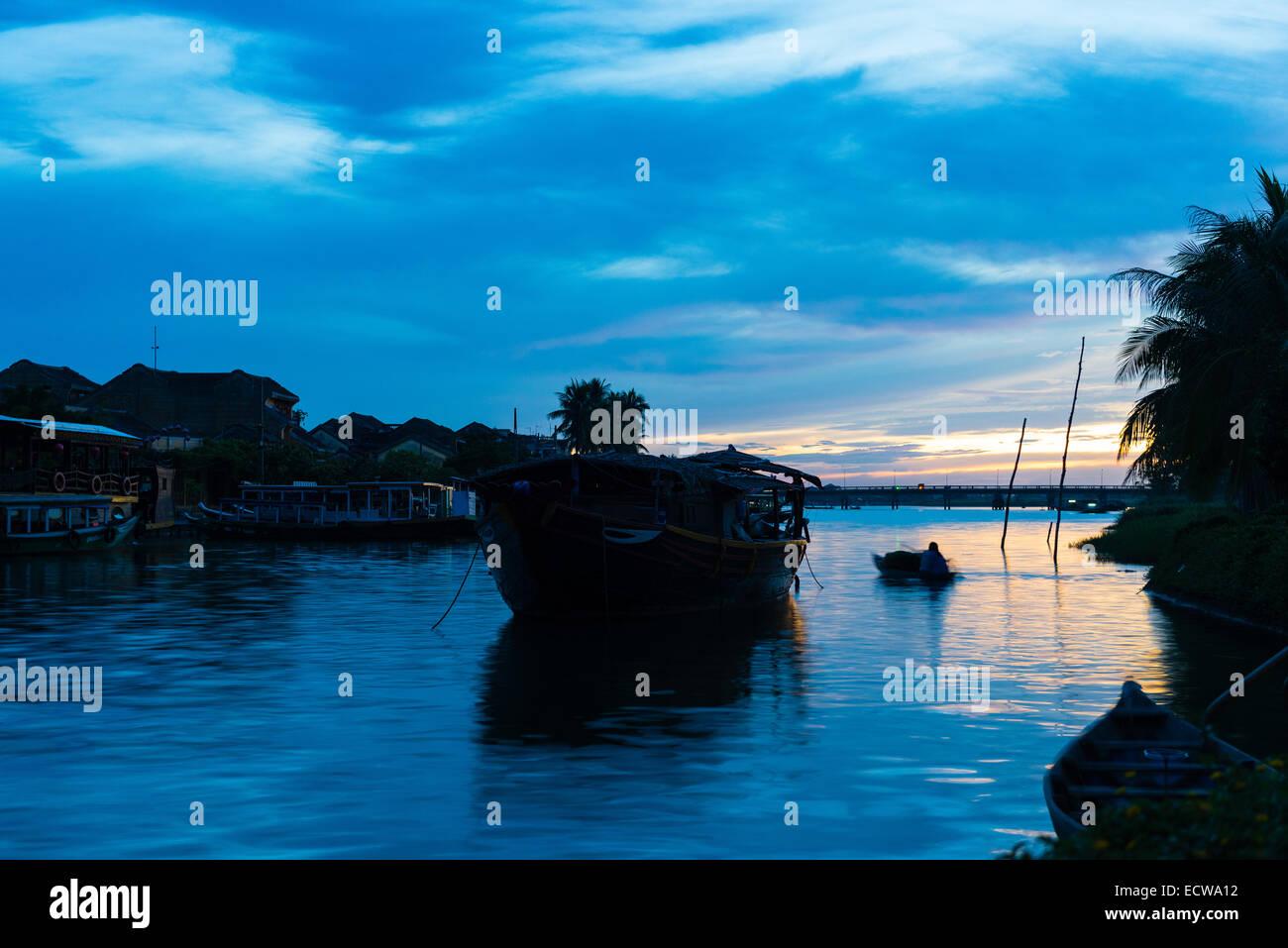 Lever de soleil sur la rivière Thu Bon et bateaux de pêche Photo Stock