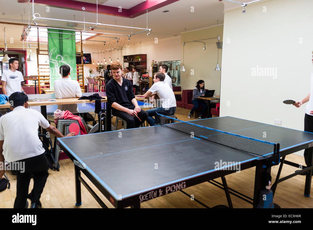 Adolescents jouant au tennis de table dans et après l'école au club 'Wiff Abigaël Bar', Photo Stock
