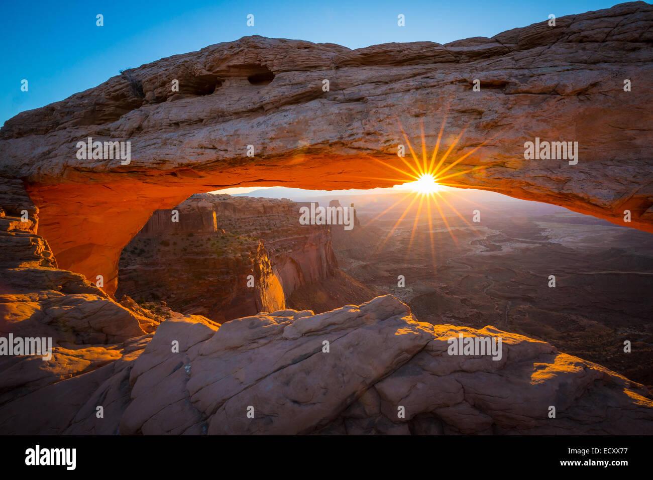 Mesa Arch au lever du soleil dans le ciel de l'Île, district de Canyonlands National Park, Utah Photo Stock