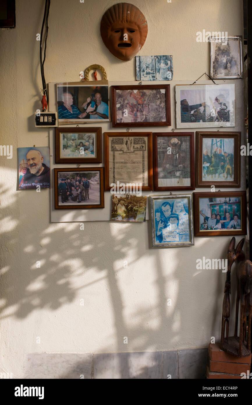 Souvenirs de famille sur un mur d'une petite exploitation située sur les pentes du volcan Vésuve qui Photo Stock