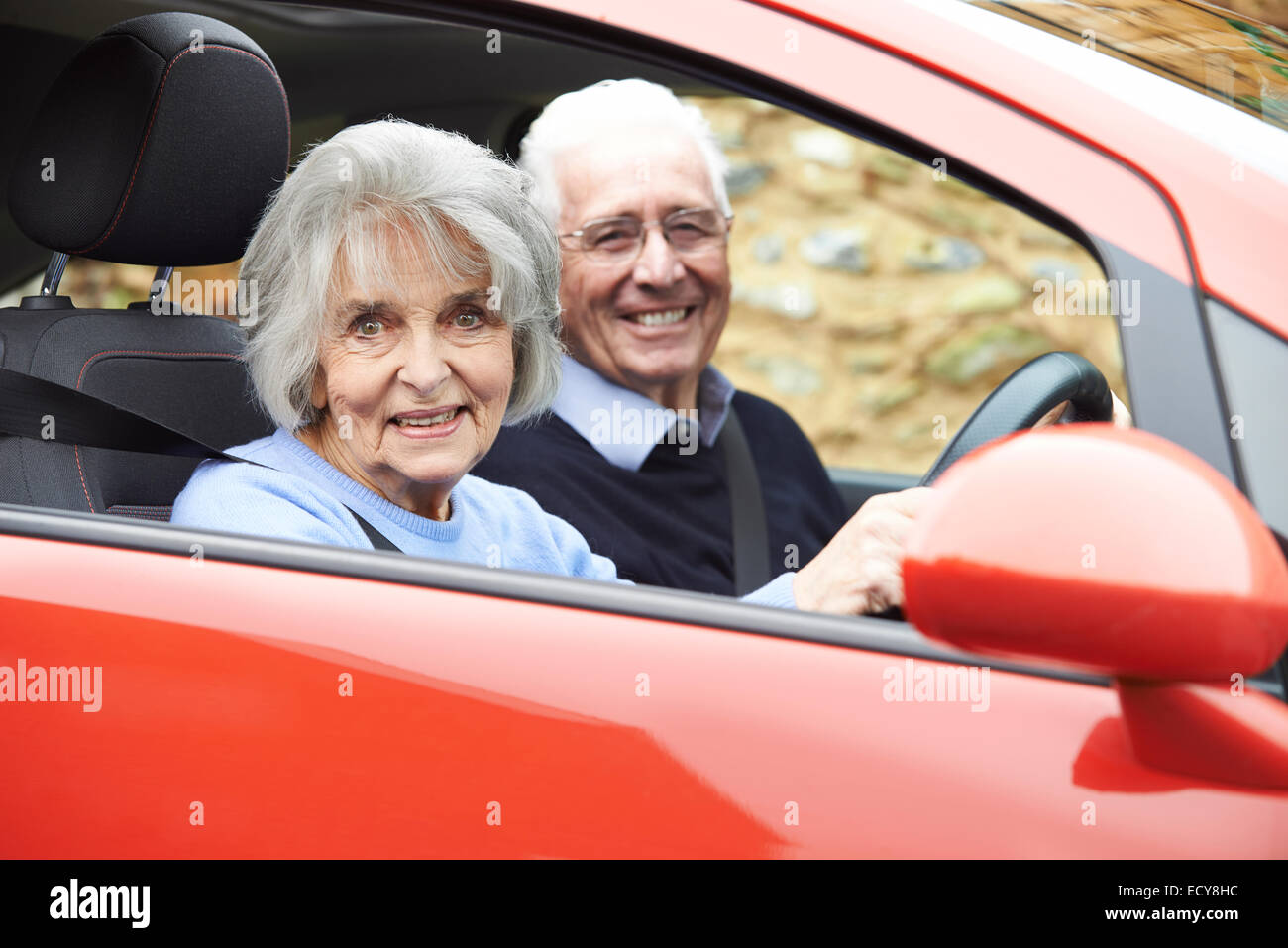 Portrait Of Smiling Senior woman out pour rouler en voiture Photo Stock
