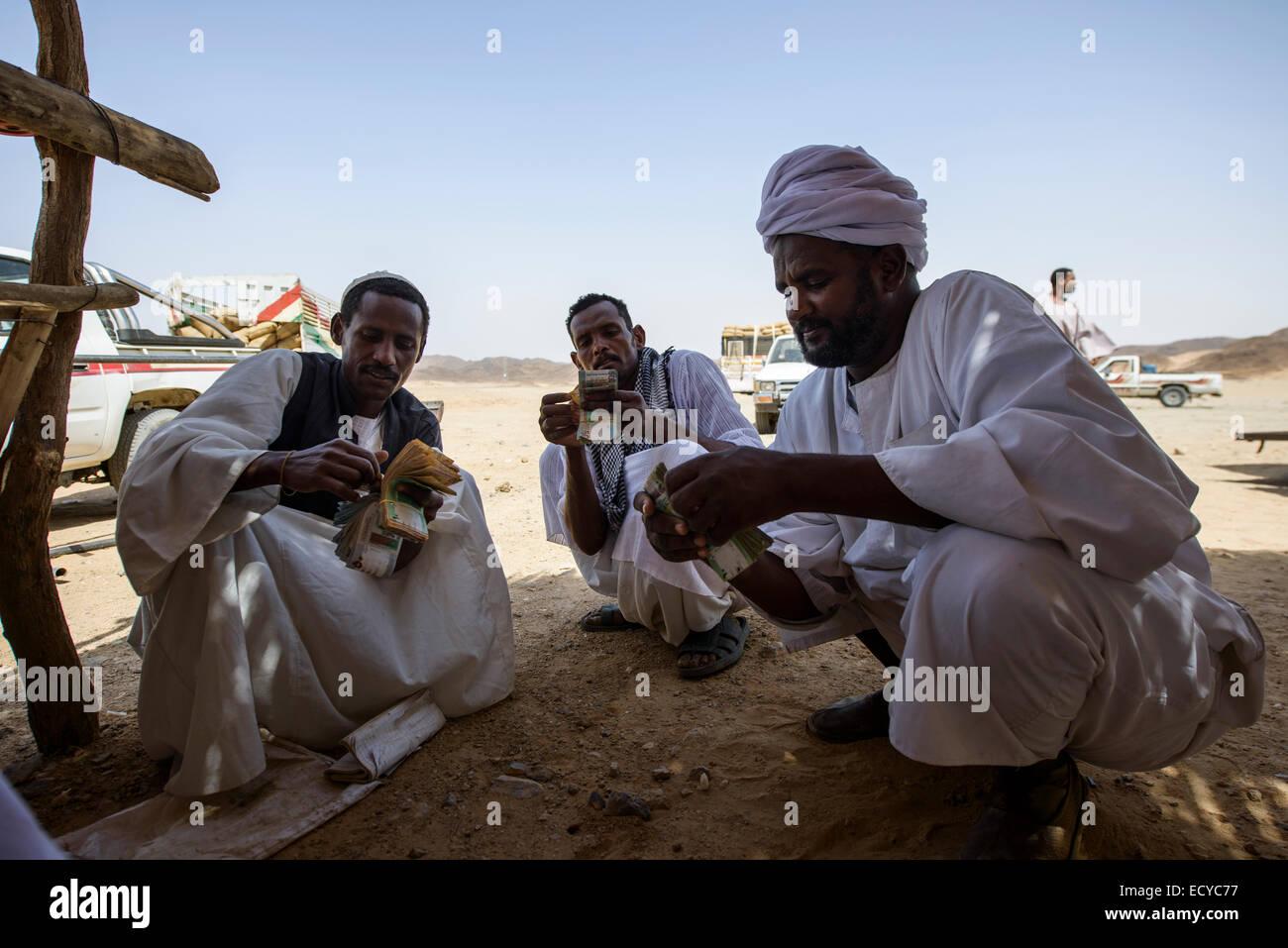Hommes soudanais comptant de l'argent en vendant les féveroles, le Soudan Photo Stock