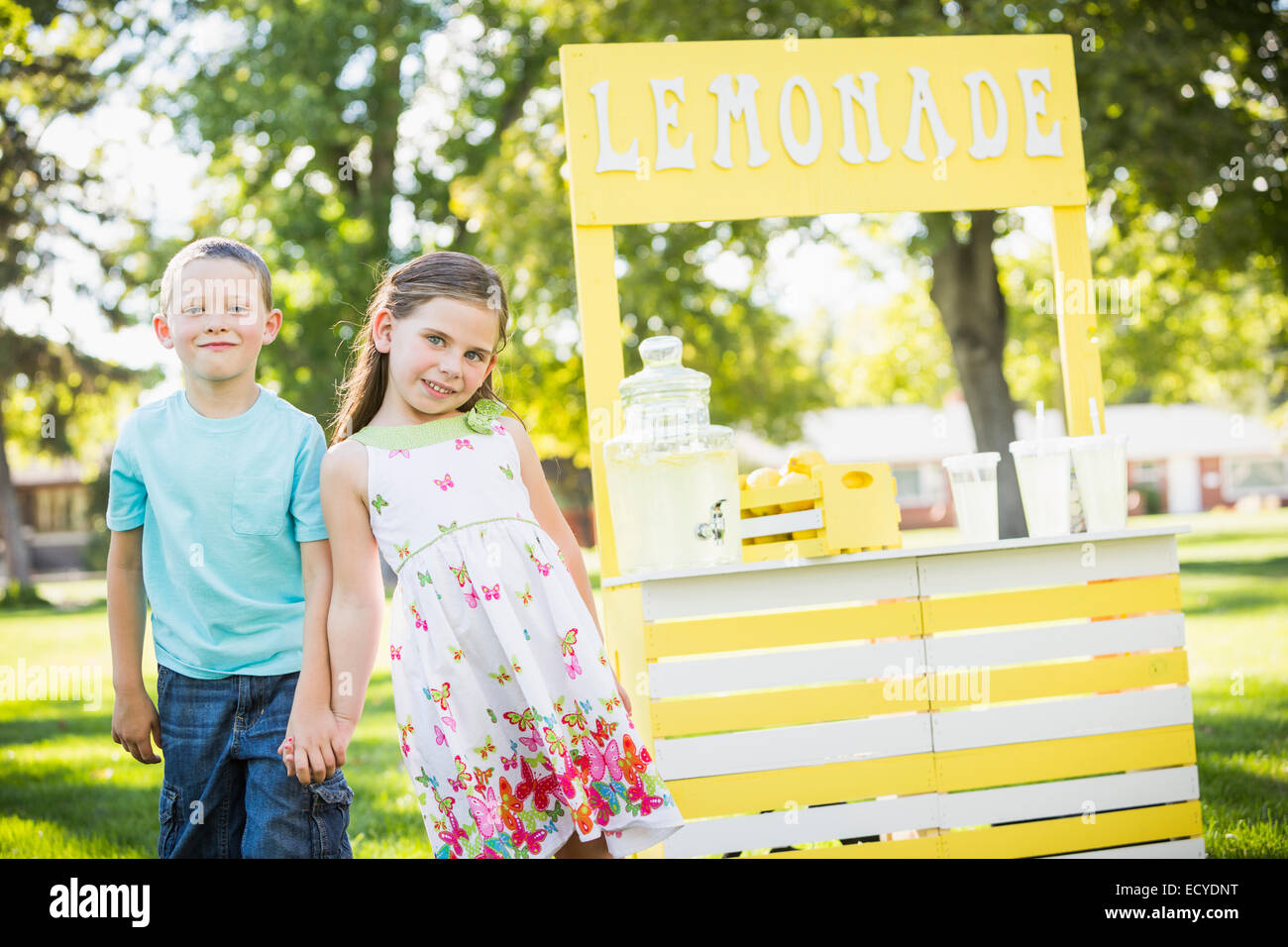 Young brother and sister smiling at lemonade stand Banque D'Images