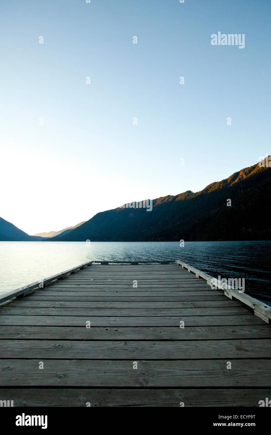 Terrasse en bois au lac under blue sky Photo Stock