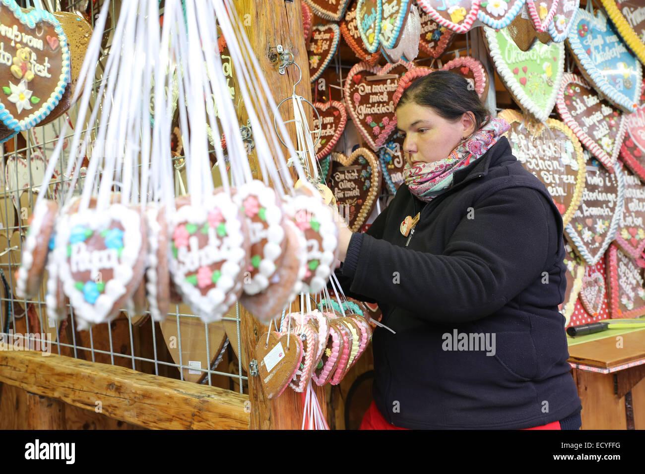 L'excès de graisse obsédée woman shopping ginger bread cookie Oktoberfest Munich Photo Stock