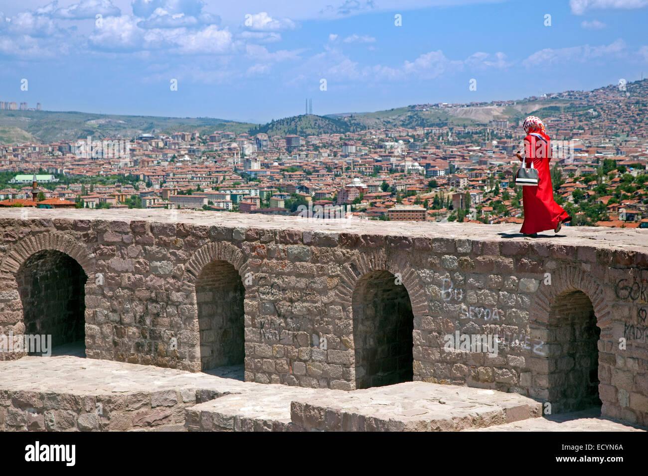 Femme musulmane portant le hijab turque marche style sur l'ancien mur de la citadelle avec vue sur la ville Photo Stock