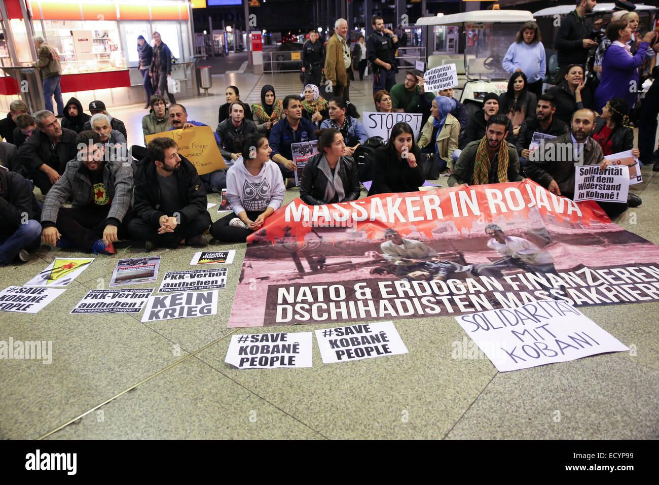 Enregistrer kobane personnes s'asseyent protester contre la gare de Munich Photo Stock