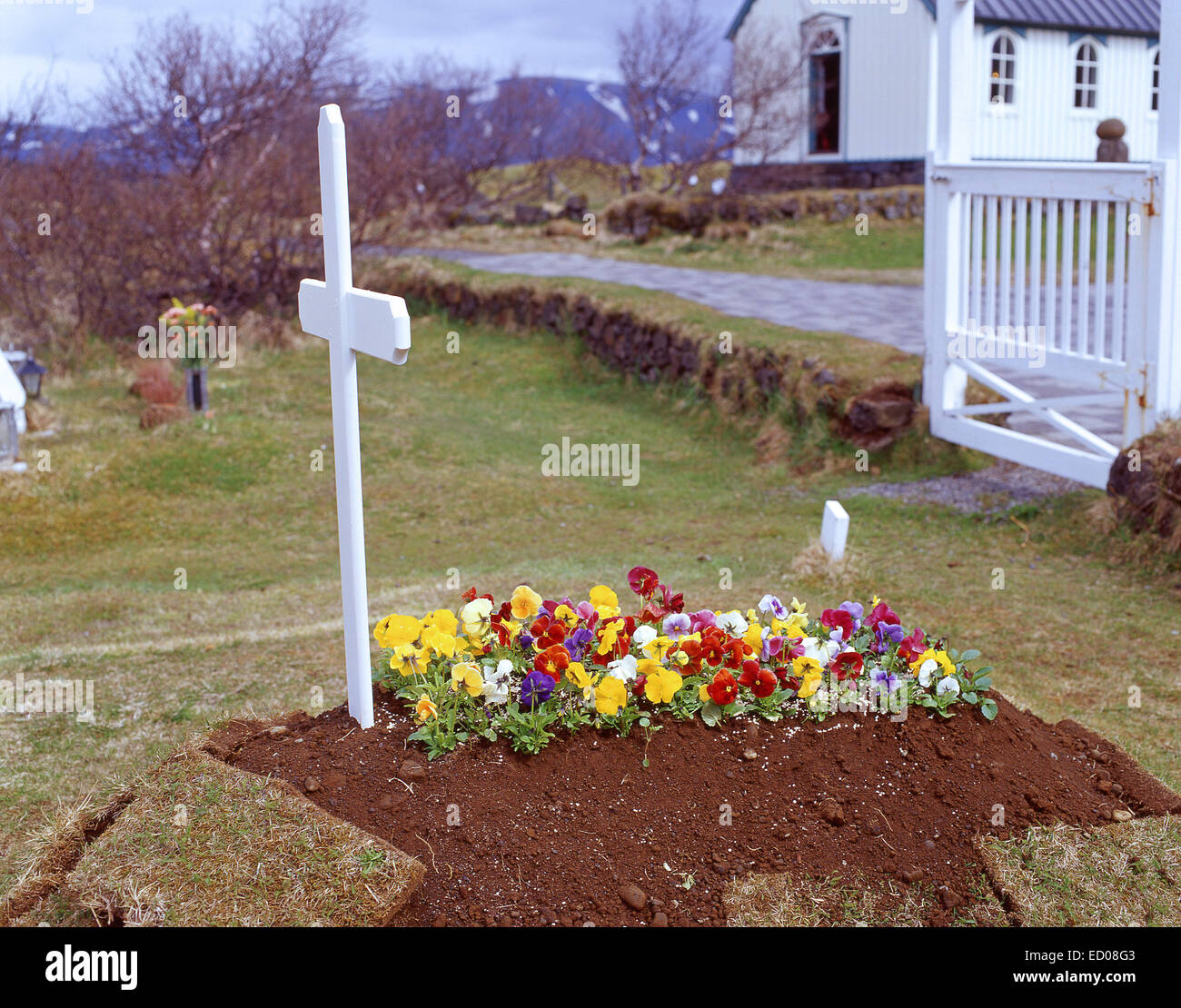 'Récemment mis en terre dans la tombe de petite église cimetière, la capitale nationale, République Photo Stock