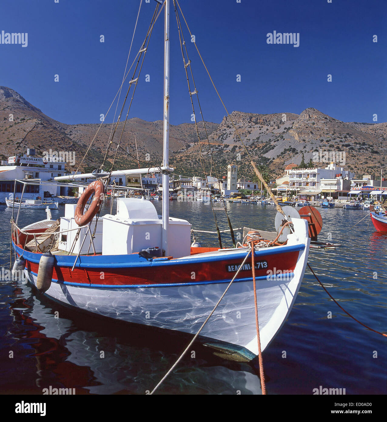 Bateau de pêche colorés dans le port, Elounda, Λασίθι, Crète, Grèce Photo Stock