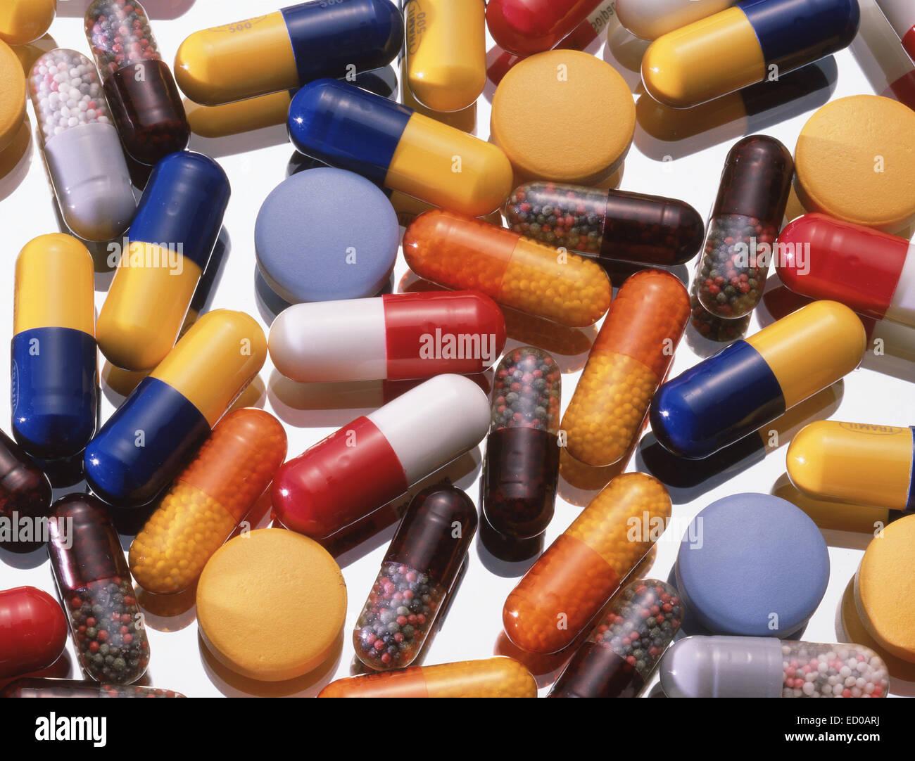 Assortiment de comprimés, capsules et tablettes sur fond de verre Photo Stock