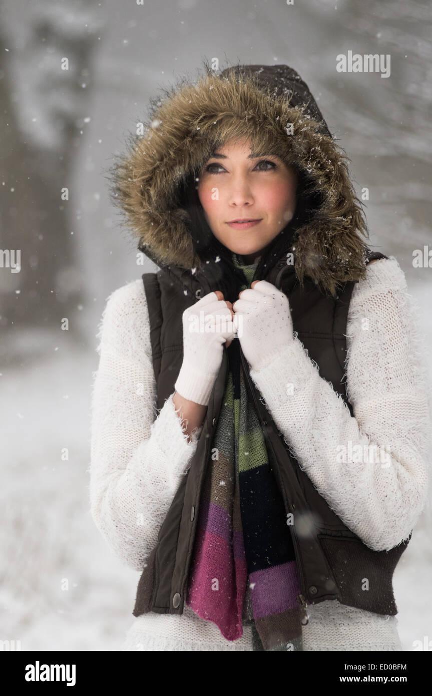 Femme à l'extérieur en hiver Photo Stock
