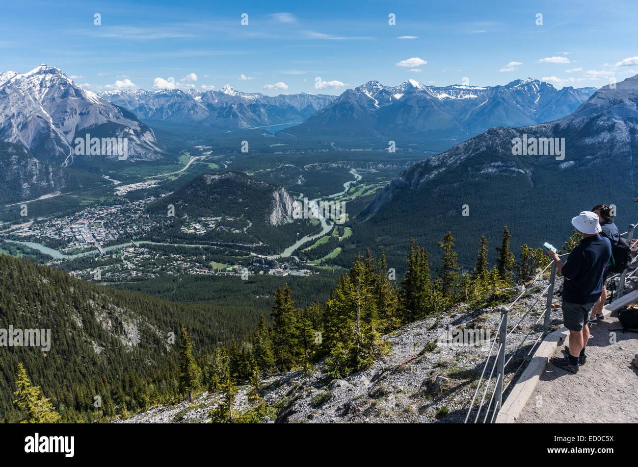 Le Canada, l'Alberta, parc national de Banff, deux personnes regardant vue depuis le mont Sulphur Photo Stock