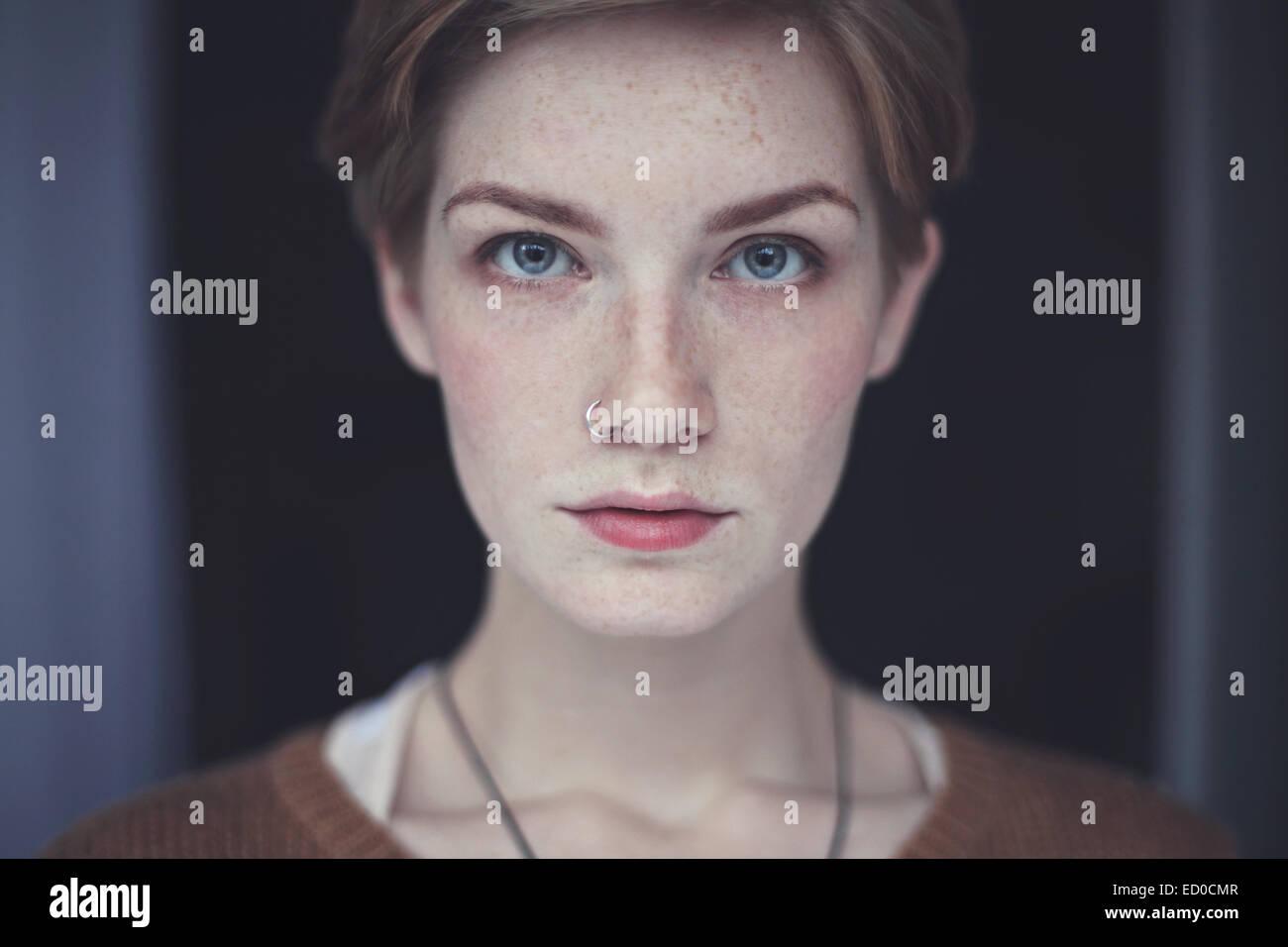 Portrait de femme avec des taches de rousseur Photo Stock