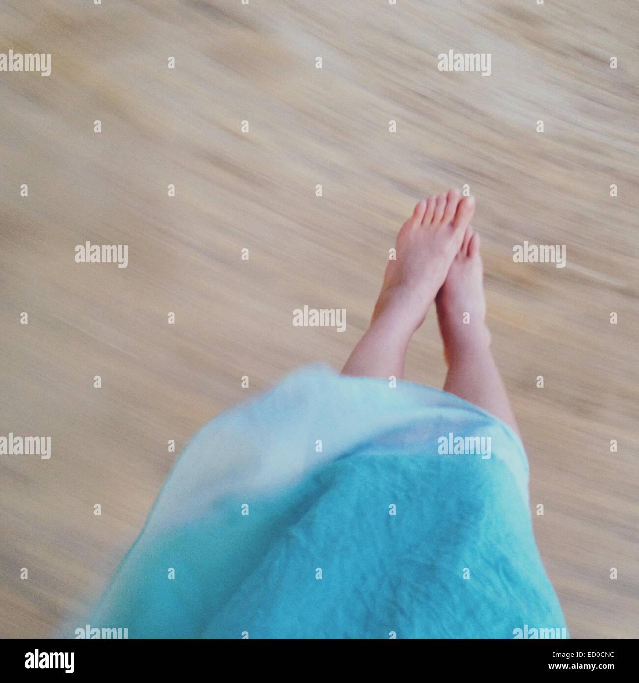 La section basse de woman on swing Photo Stock