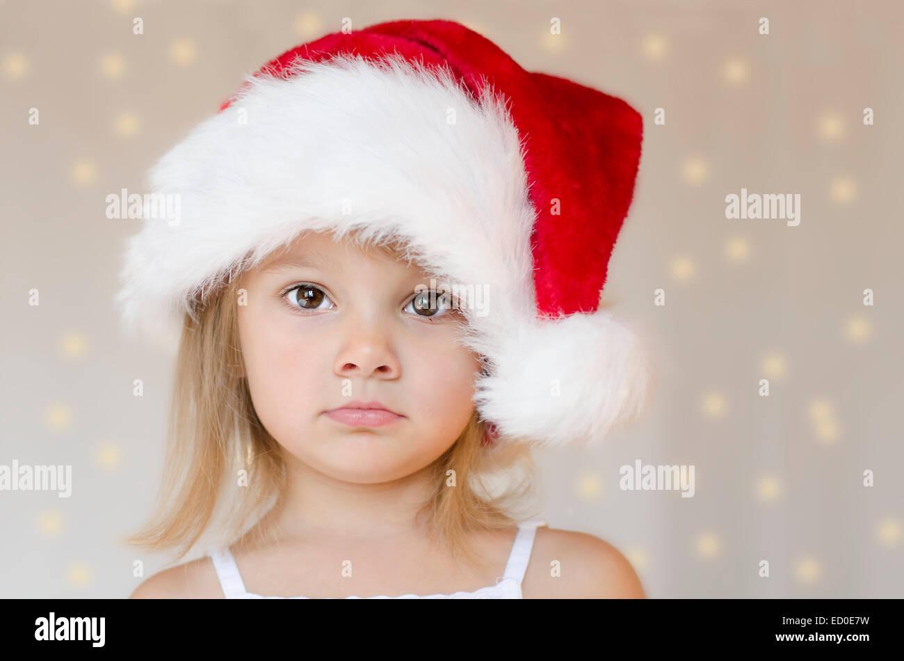 Petite fille blonde avec chapeau de nain de Noël Photo Stock