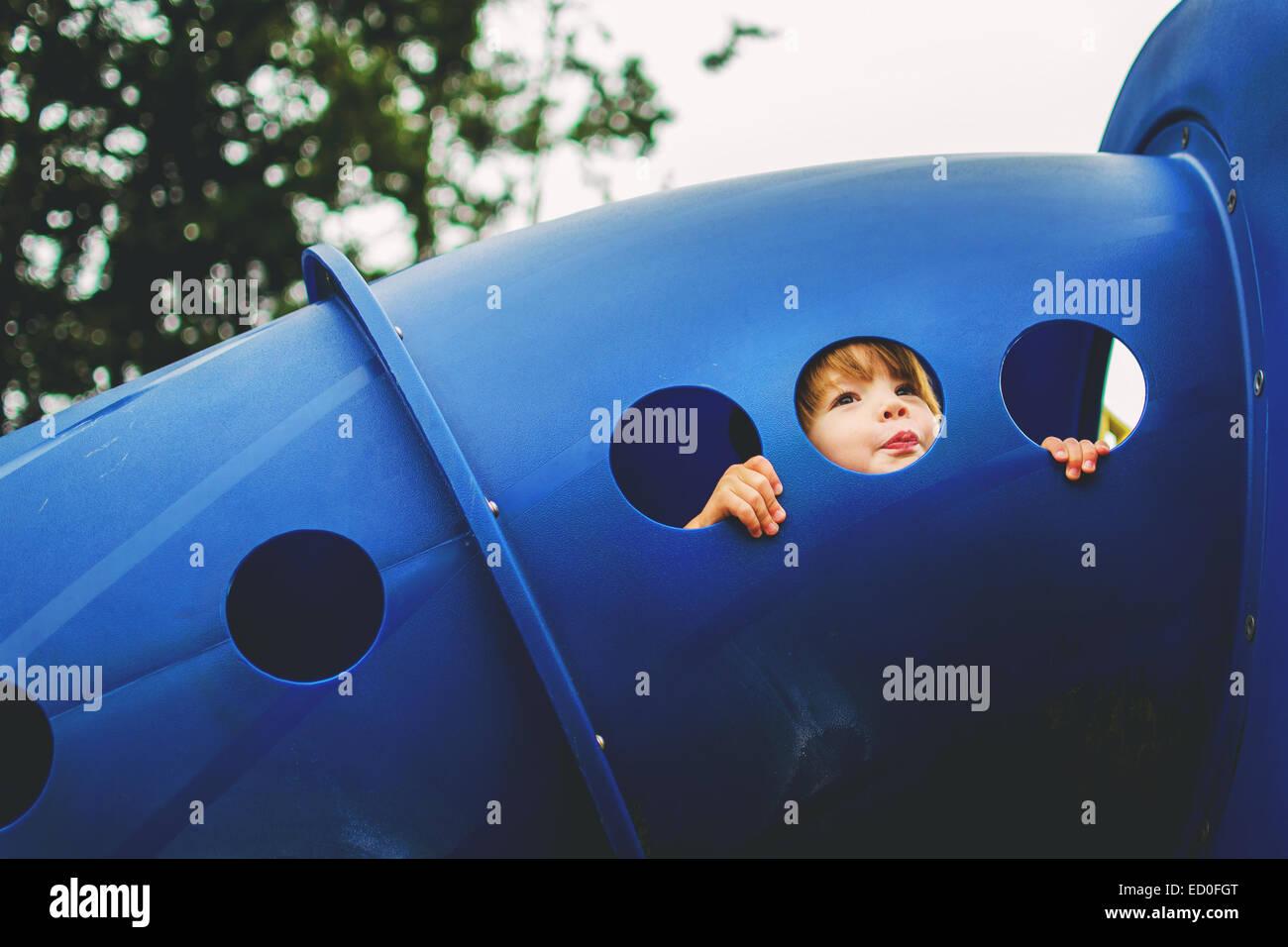 Boy (2-3) à l'aire de jeux Photo Stock