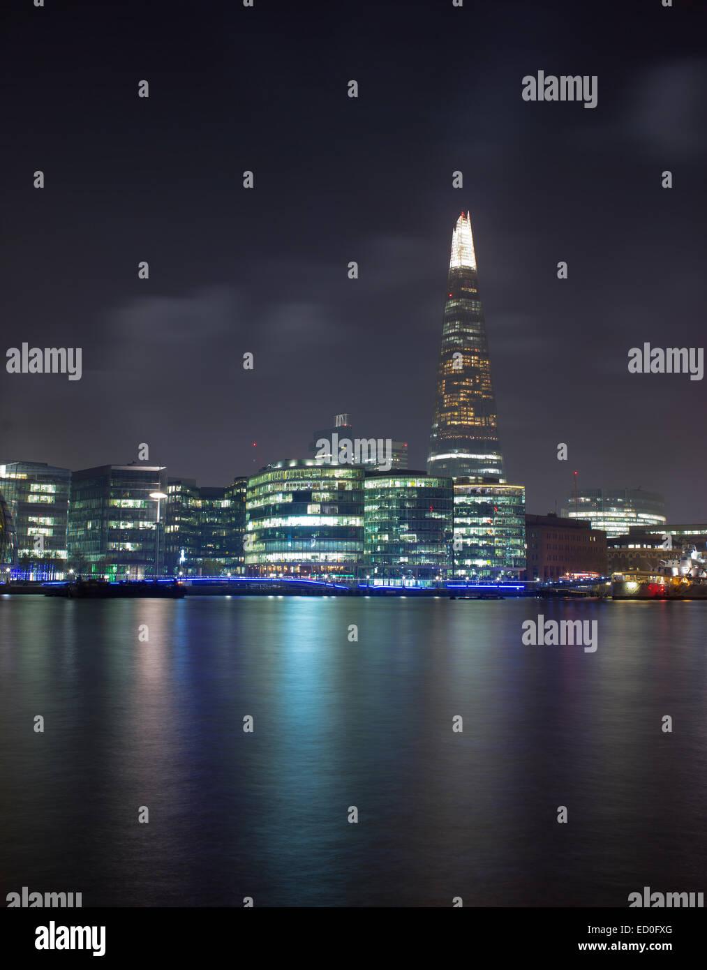 Royaume-uni, Londres, Shard gratte-ciel illuminé de nuit et en premier plan de la rivière Thames Photo Stock