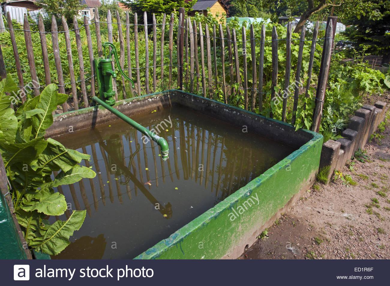 / Réservoir d'eau de pluie citerne pour les eaux souterraines et dans le jardin d'attribution / cuisine Photo Stock