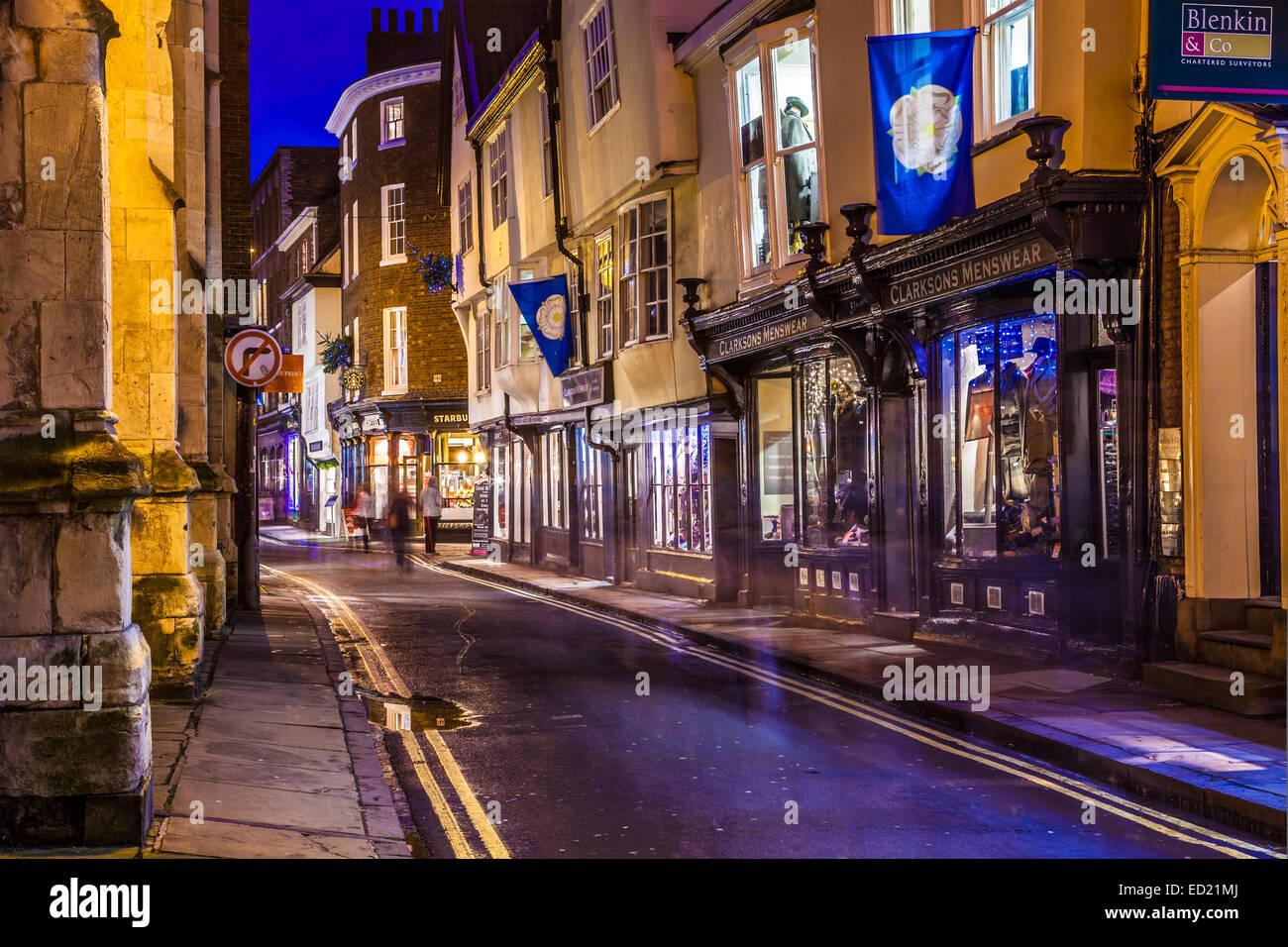 High Petergate dans la ville de York au crépuscule. Photo Stock