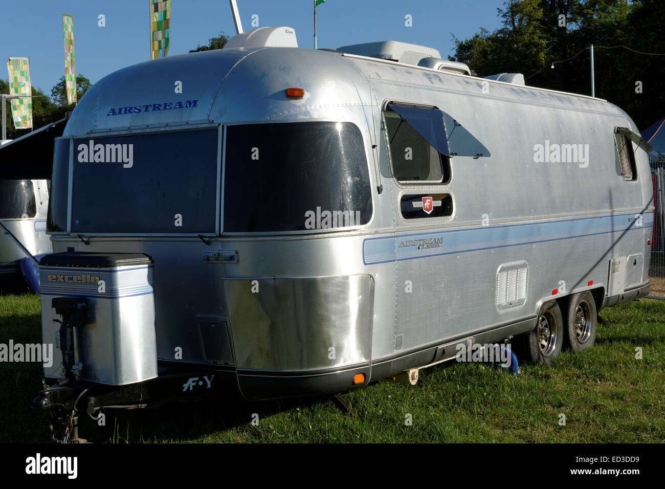 Caravane Airstream Metal WOMAD, Glamping, Charlton Park, Malmesbury, Wiltshire, Angleterre Banque D'Images