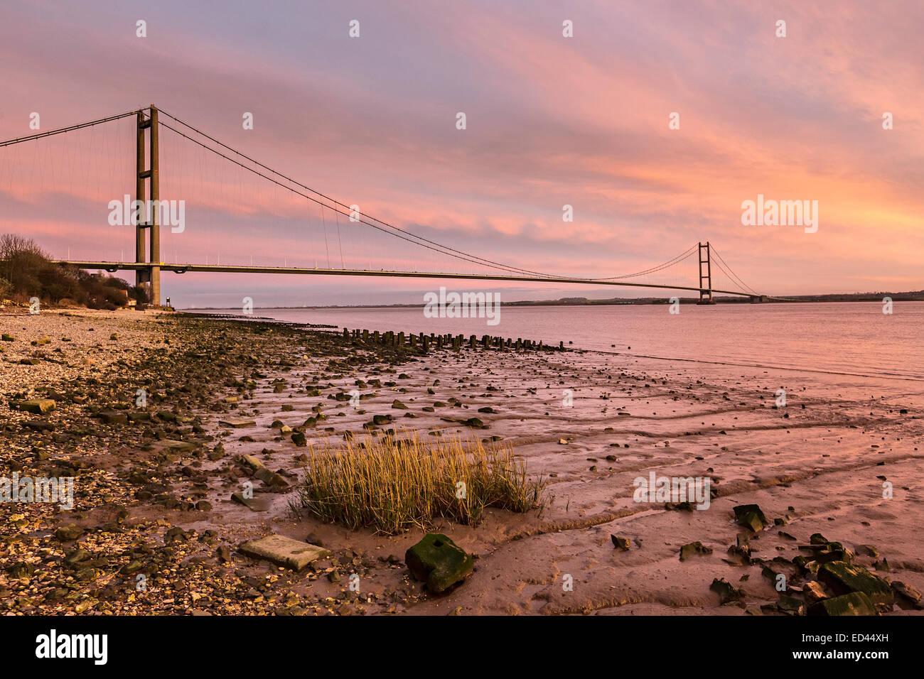 Le Humber Bridge at Dusk à partir de la rive nord, England, UK Banque D'Images
