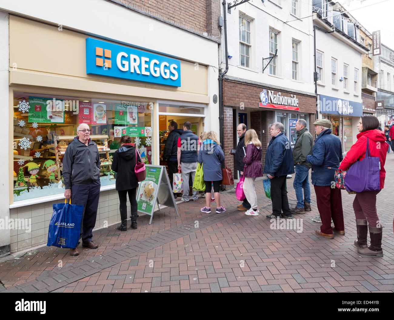 En dehors de la file d'Greggs bakers, Galles, Royaume-Uni Photo Stock