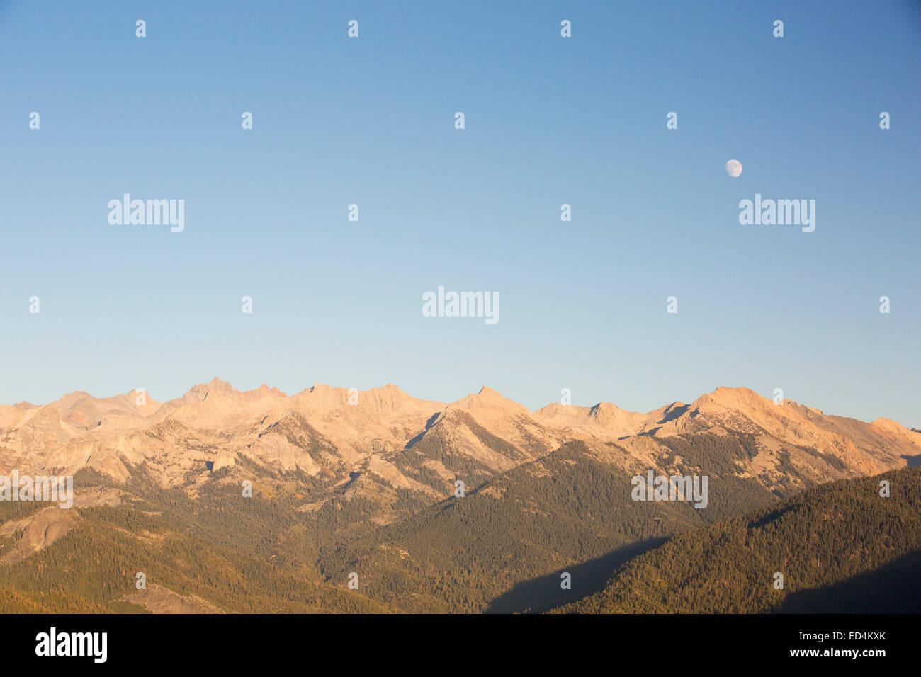 Chaîne de montagne vue depuis le sommet d'un affleurement de granite Rock Moro vue dans la Sequoia National Photo Stock