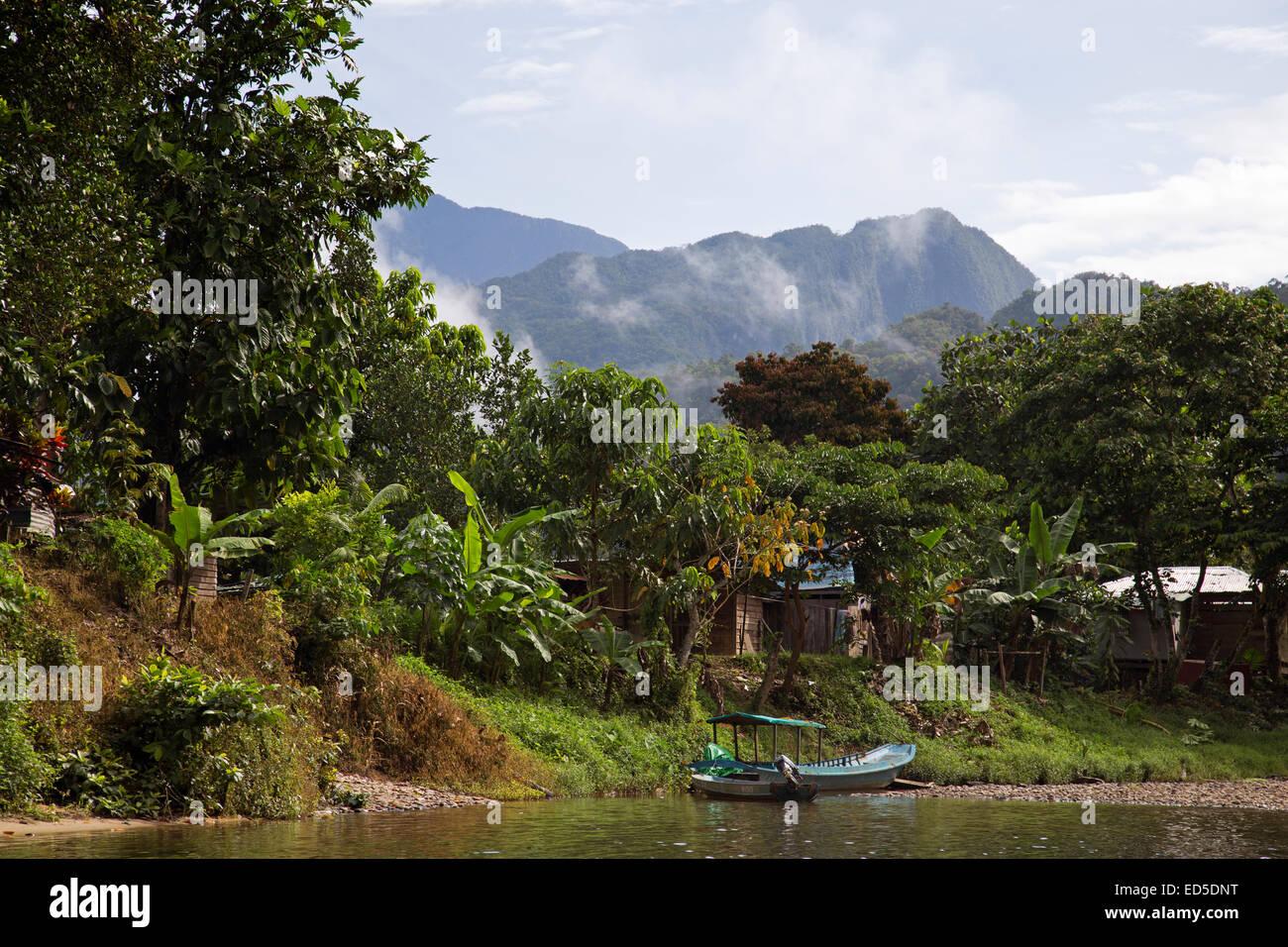 Rivière Batu Bungan Paku et village proche de parc national du Gunung Mulu, Sarawak, Malaisie Banque D'Images