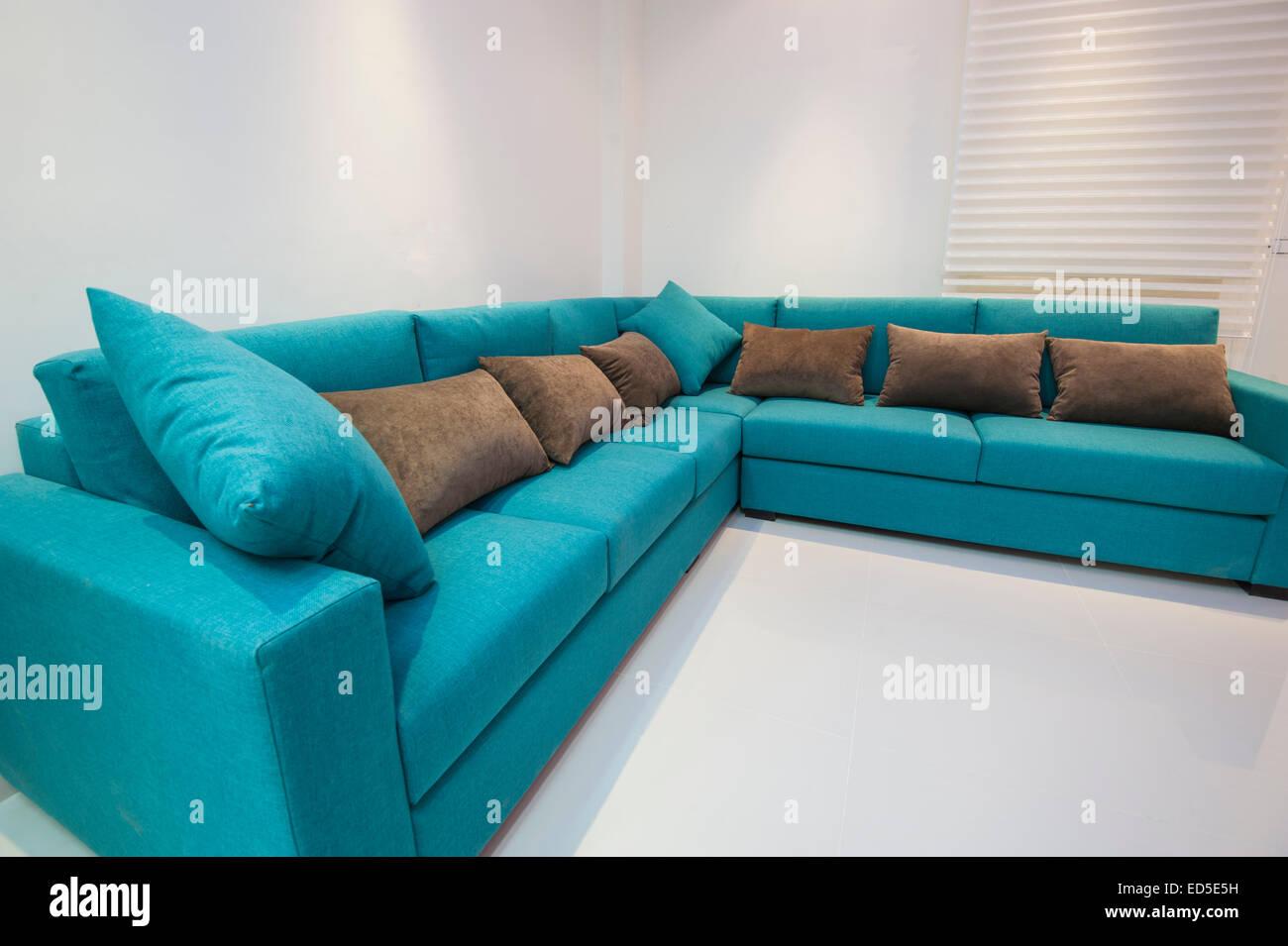 Canapé d'angle avec coussins de luxe appartement salle de séjour Photo Stock