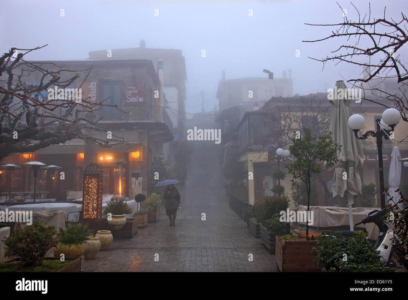 Nuit tombe sur misty Arachova, station d'hiver les plus populaires en Grèce, le Mont Parnasse, Béotie., Centre de Banque D'Images