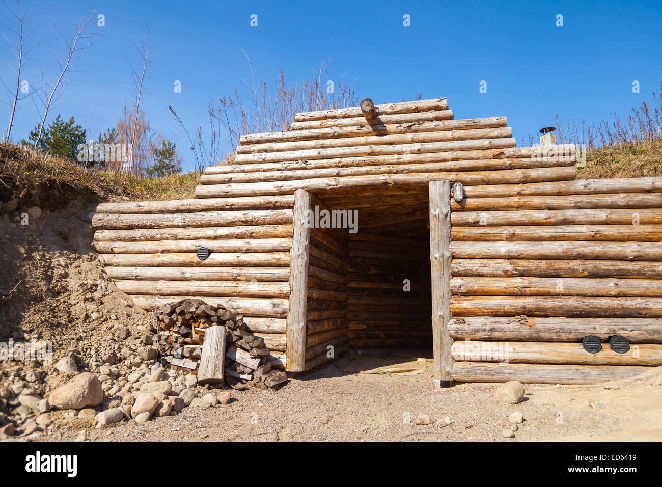 Mur en bois et ouvrez la porte du souterrain traditionnel sauna en Finlande Banque D'Images