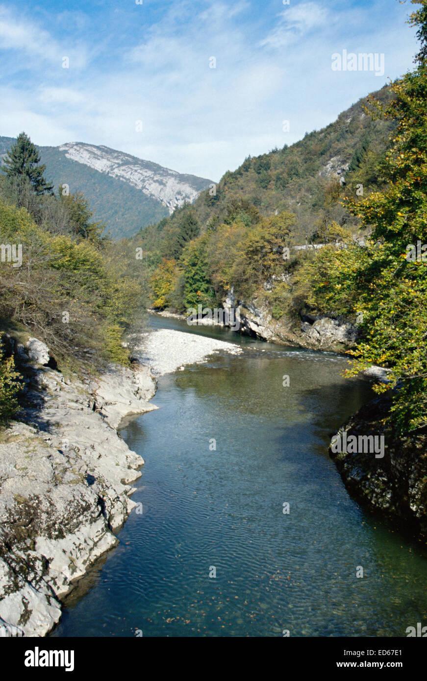 Vue verticale de la rivière du Fier et les montagnes dans la vallée de Thônes, près d'Annecy Photo Stock
