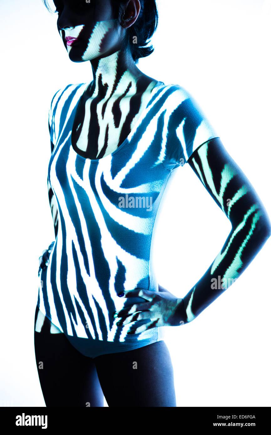 Body Art / projections numériques de modèles zèbre noir et blanc sur les images à un mince jeune Photo Stock