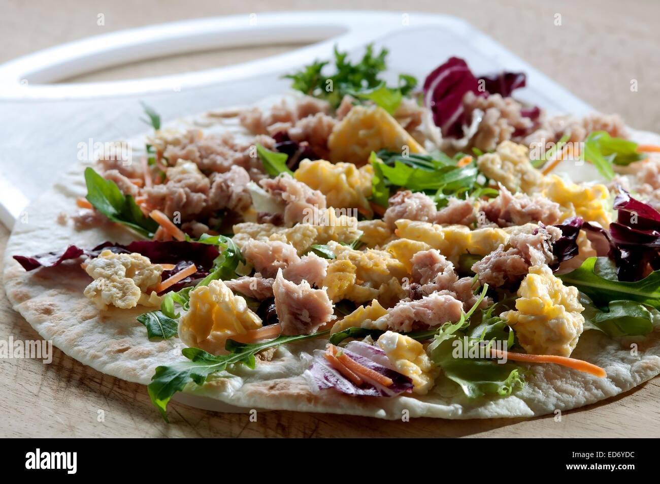 Galette au thon œufs et laitue typiquement italienne dans le nord de l'Italie Photo Stock