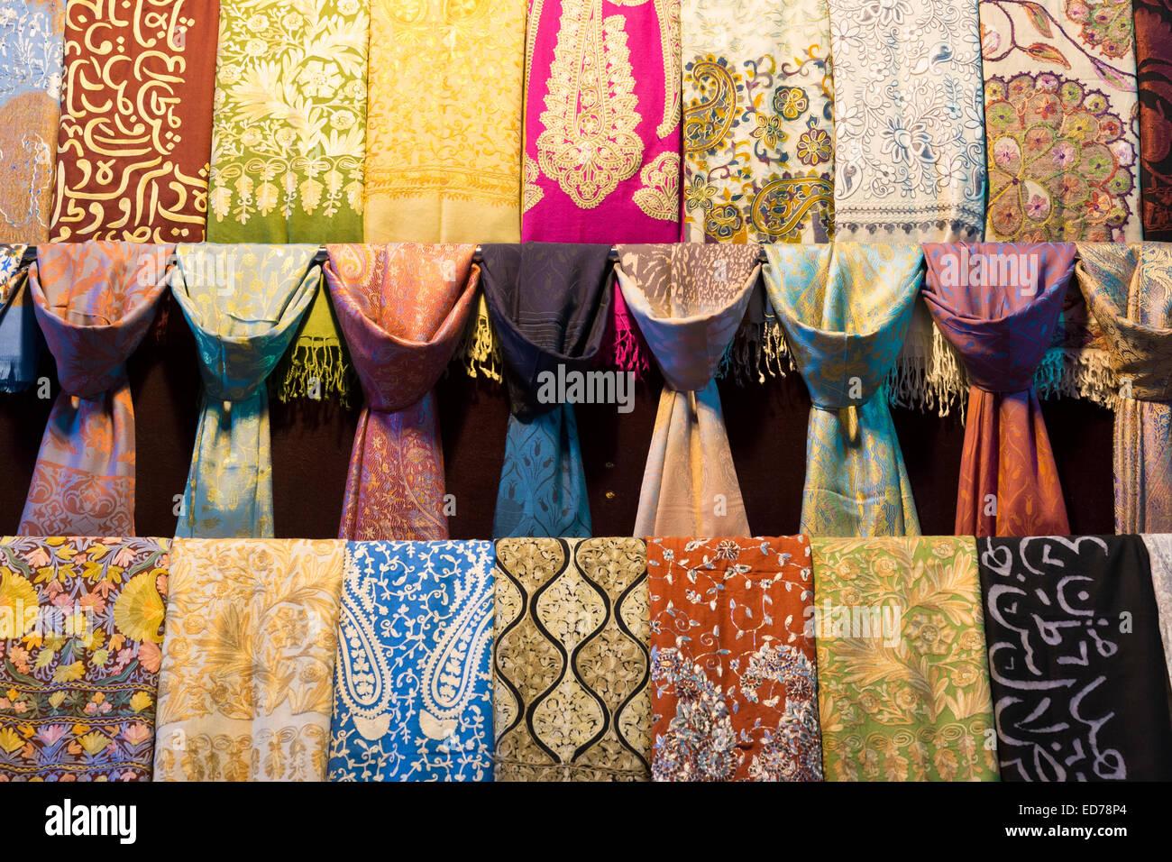 272e305f0458 Foulard en Soie - dessins cachemire, écharpes brodées dans le Grand Bazar,  Kapalicarsi,