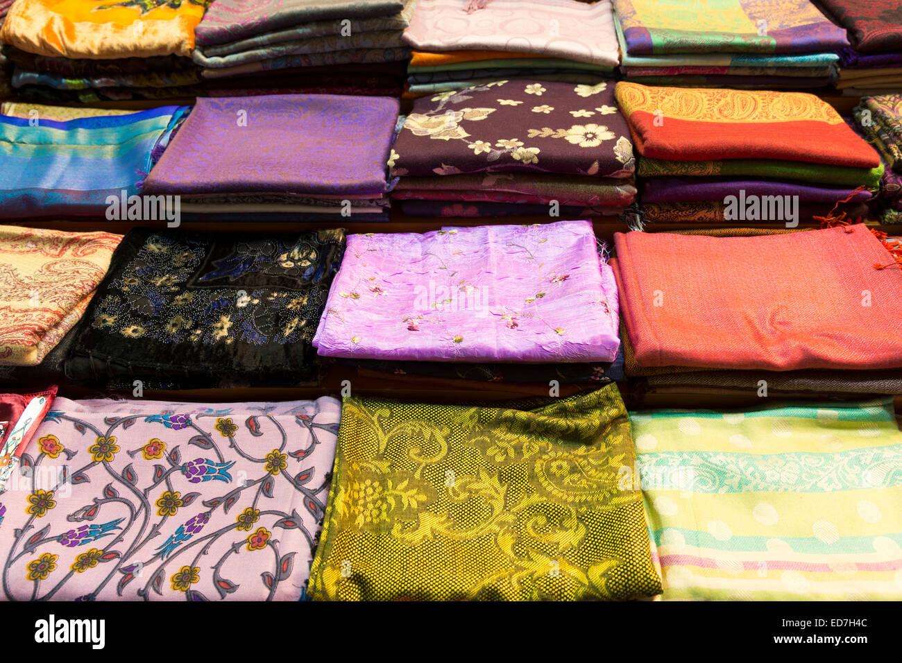 00f08b117f5c Conception brodée, écharpe cachemire et soie foulards en Misir Carsisi  marché alimentaire bazar égyptien Photo
