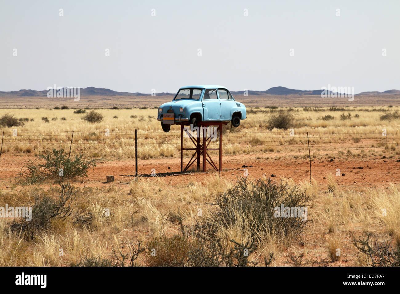 Panneau d'entrée folâtre une vieille épave Fiat à large espace ouvert d'un grand terrain et ferme près de Upington Banque D'Images
