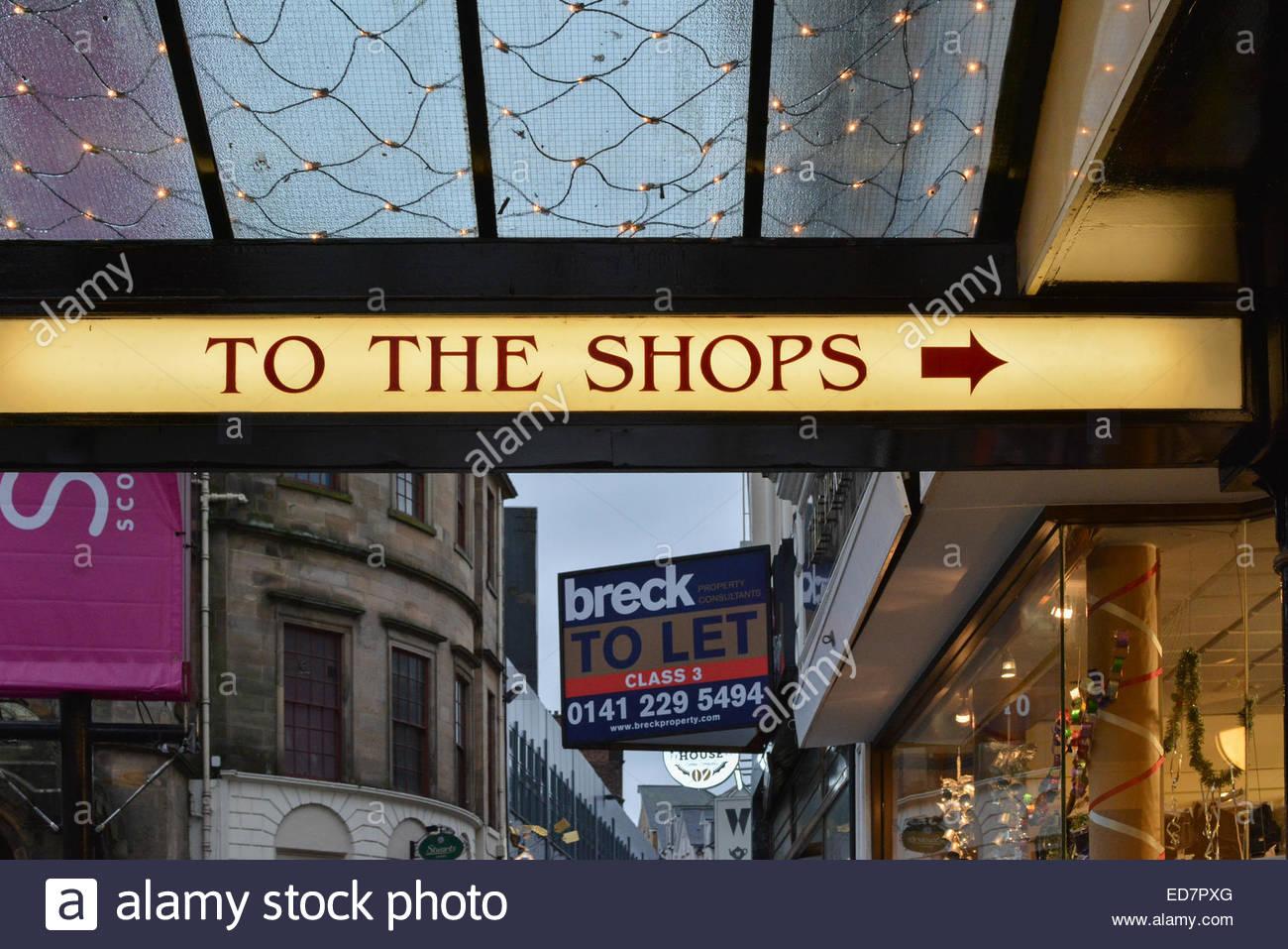 'Traditionnels DANS LES MAGASINS' et flèche dirigée vers l'Arcade, rue King Stirling, Stirling, Photo Stock
