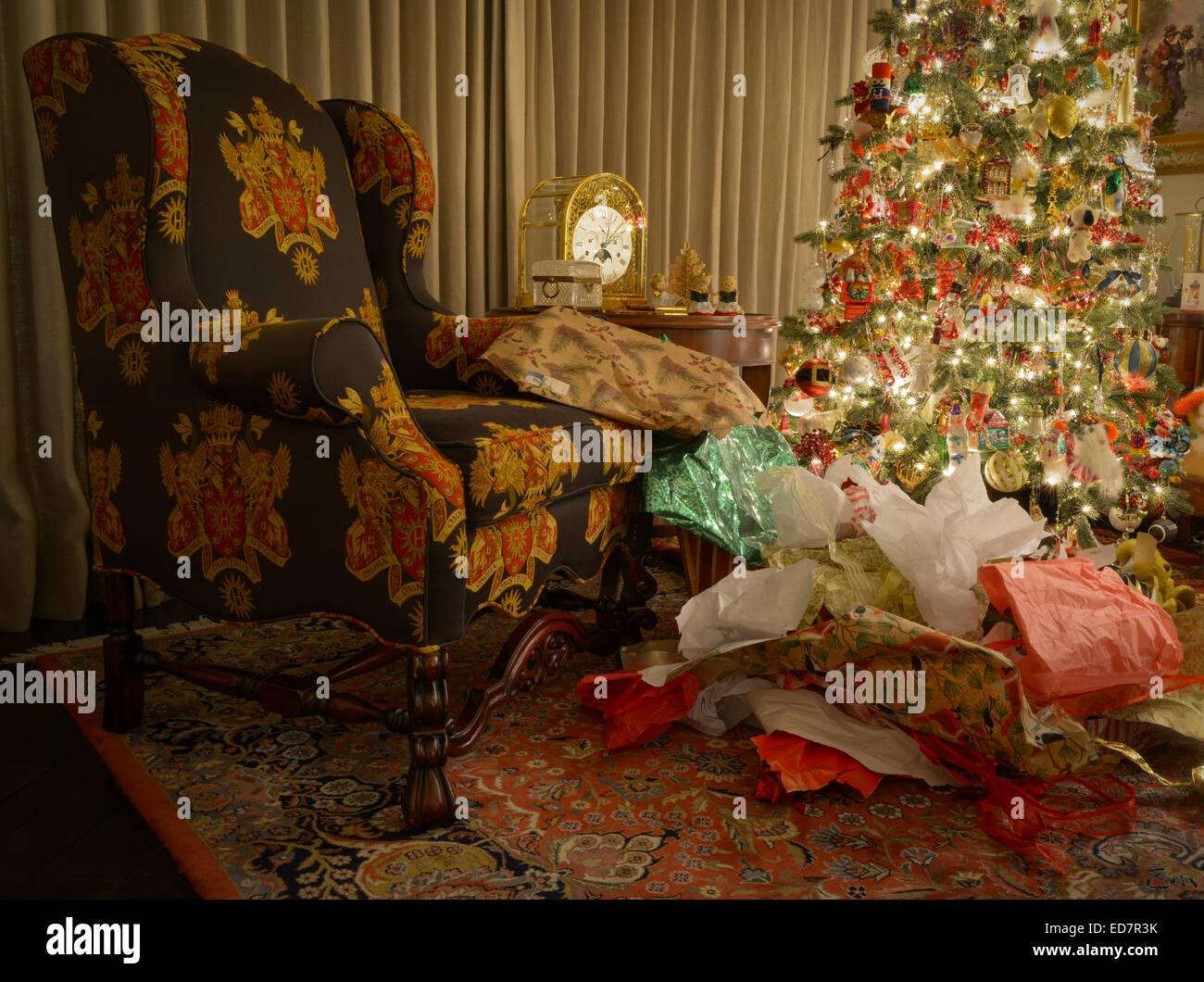 Pile de papier de l'emballage à côté de l'arbre de Noël Photo Stock