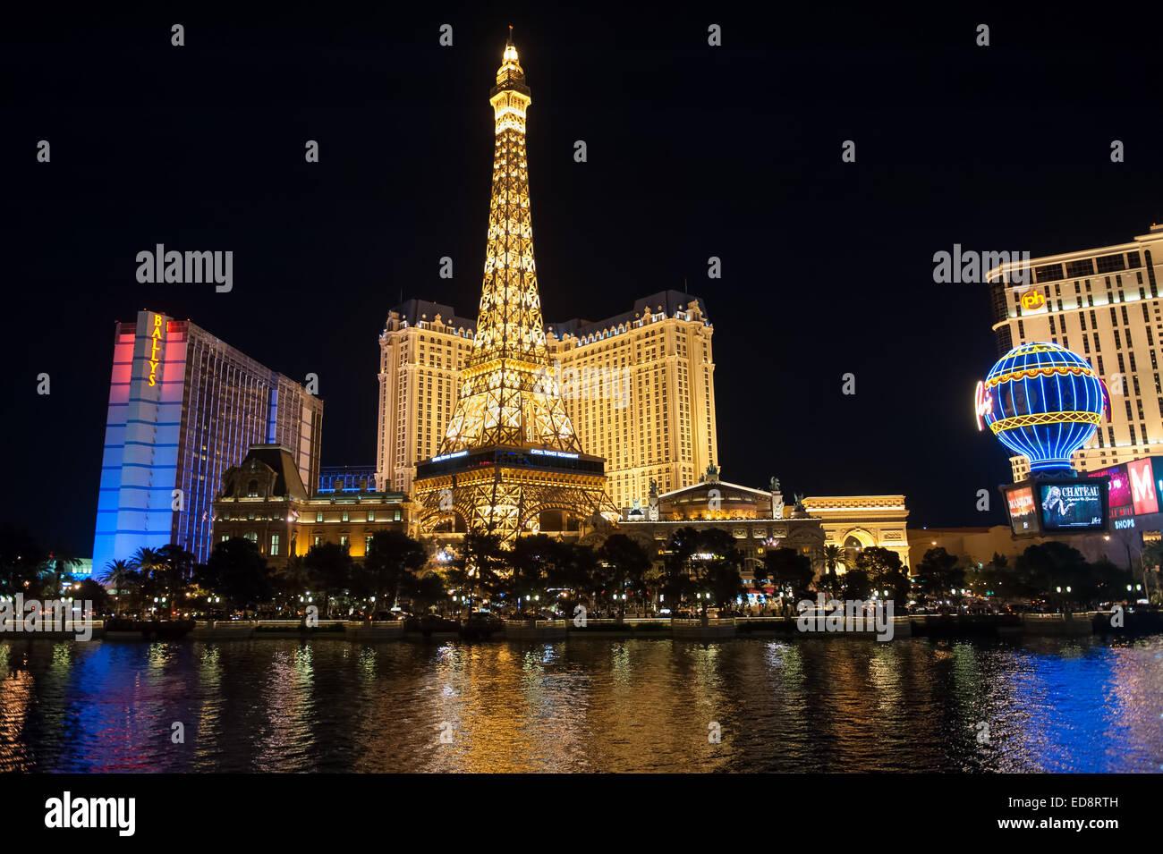 Las Vegas Boulevard la nuit avec Paris Las Vegas et le Bally's hôtels et casinos comme vu sur le lac du Photo Stock