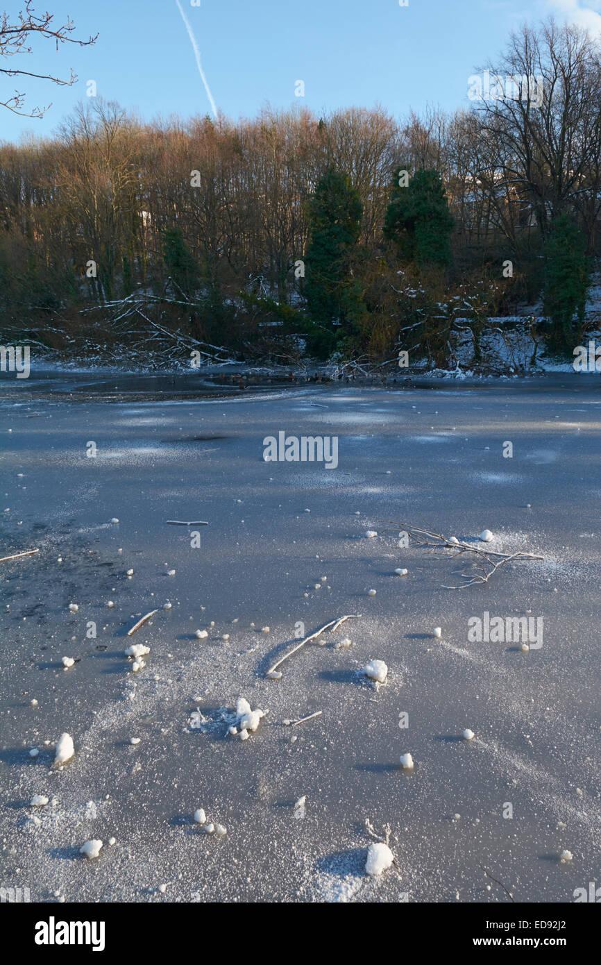 Icy étang gelé dans la vallée de Rivelin - Sheffield, England, UK Banque D'Images