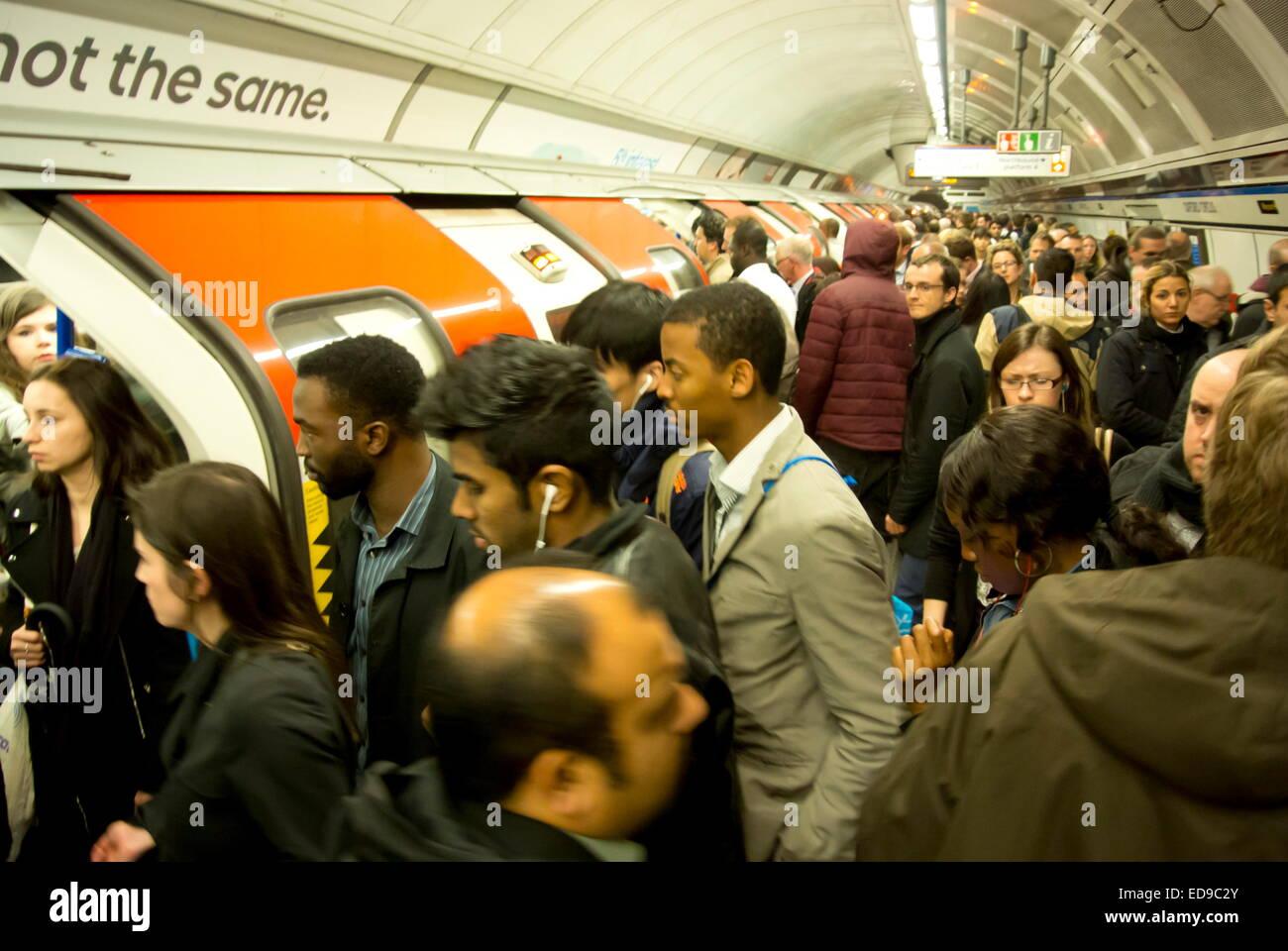 La foule des banlieusards bord d'un train du métro de Londres à Oxford Circus station sur la ligne Photo Stock
